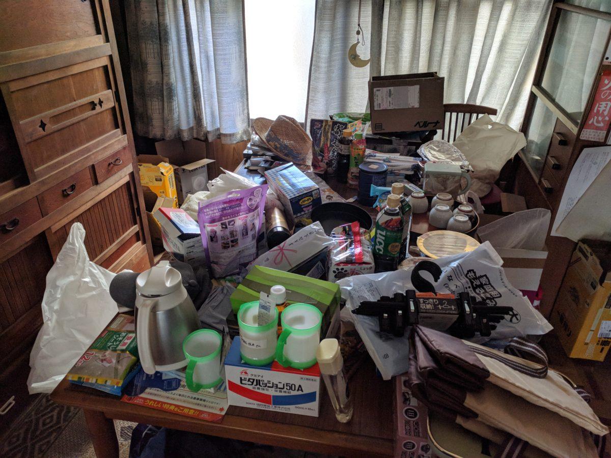 放置された空き家の不用品の山