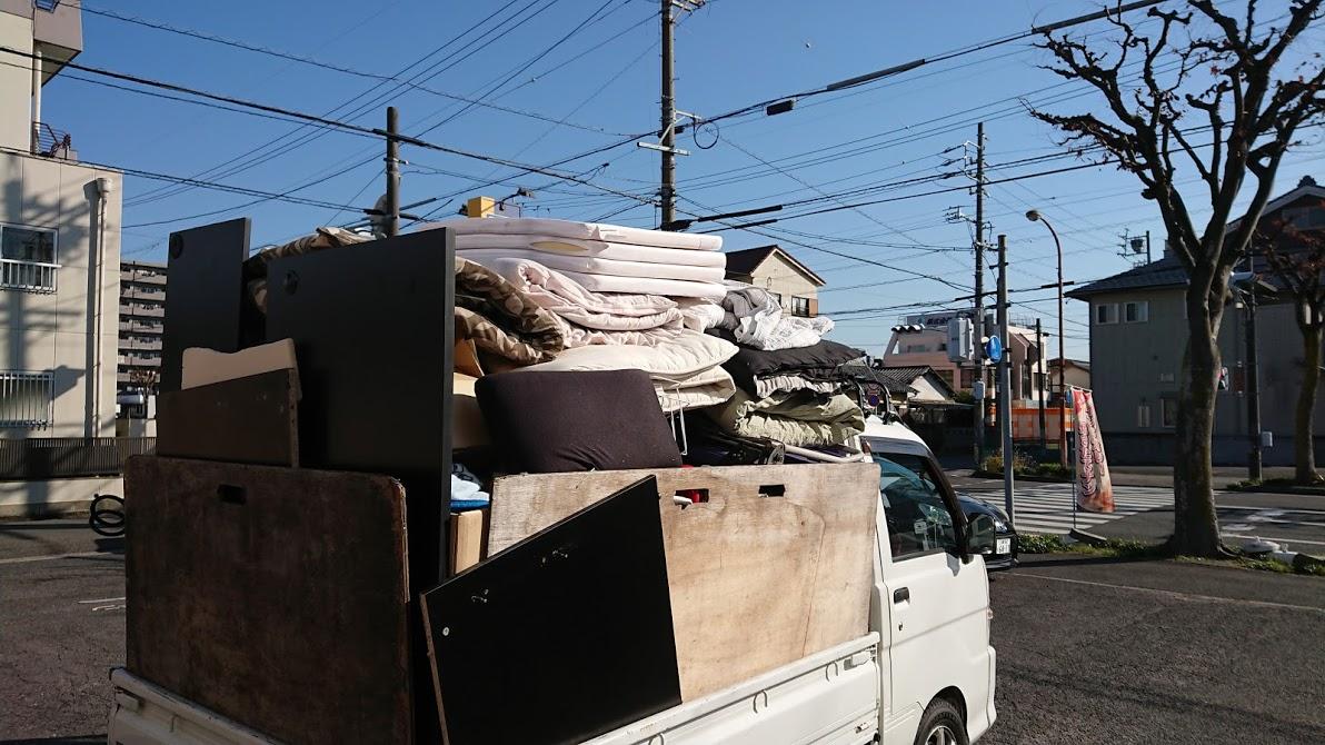 不用品でいっぱいになったトラック